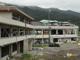津波に破壊された越喜来小の校舎